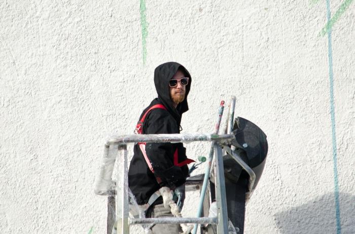 Puolalainen taiteilija Otecki työssään.