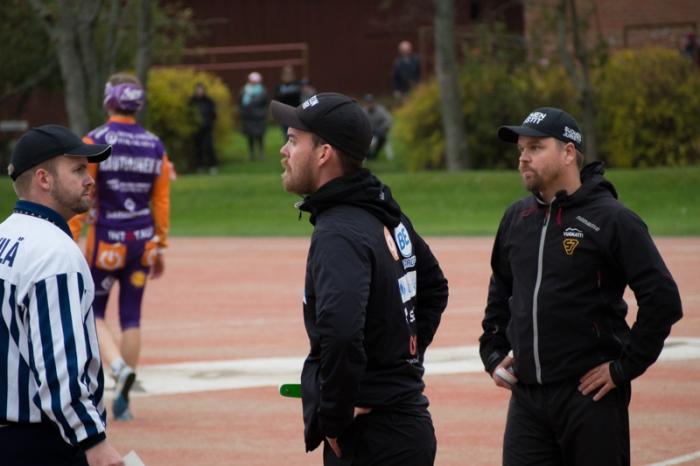 Vimpelin pelinjohtaja Sami-Petteri Kivimäki (kesk.) sekä Sotkamon pelinjohtaja Mikko Kuosmanen (oik.) kyseenalaistivat tuomioita